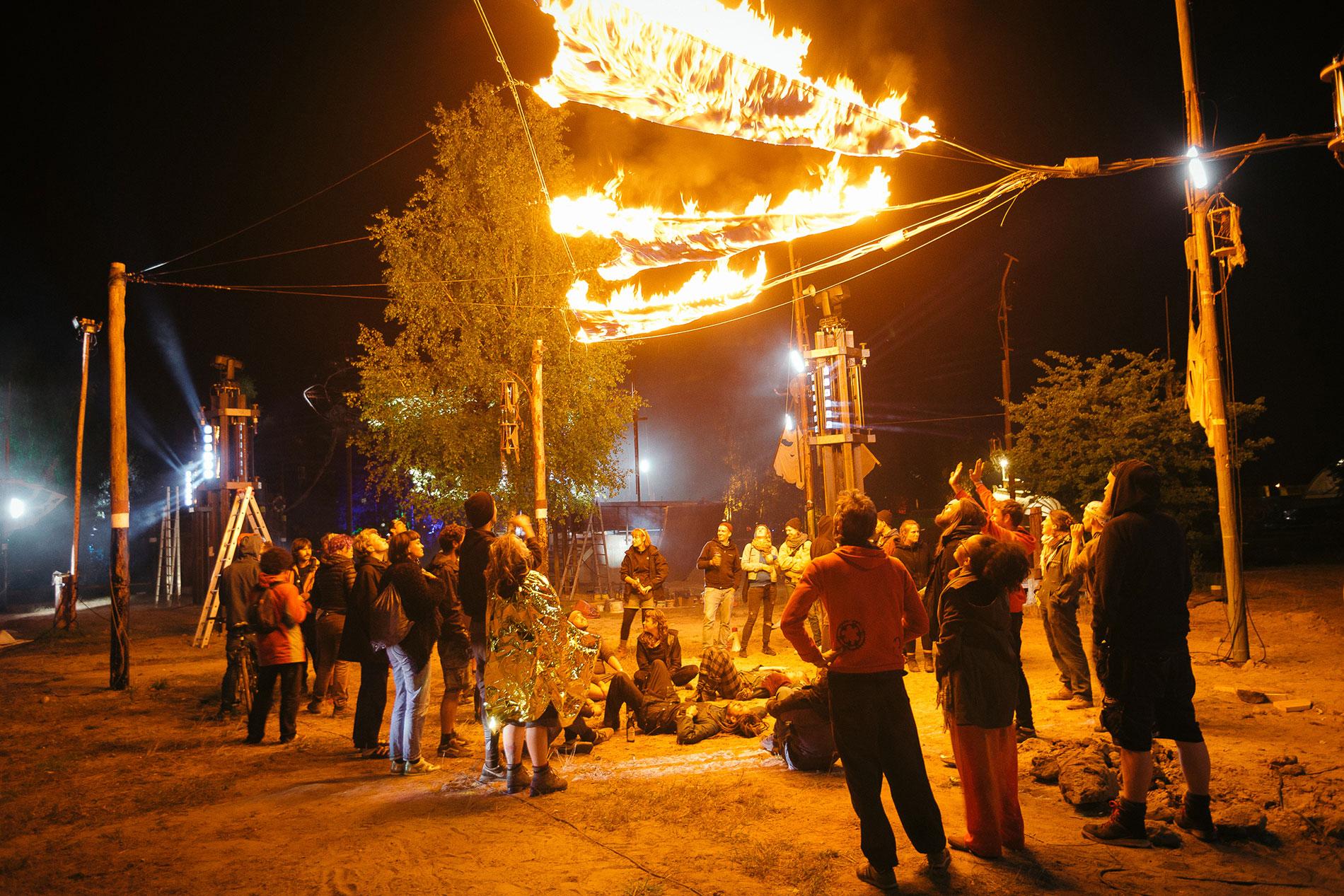 Aufbau der Flammenshow zum Fusion Festival